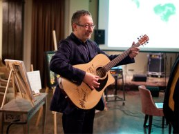 Евгений Моргулис с самым дорогим лотом вечера – гитарой, подписанной всеми участниками группы «Машина времени.